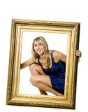 Mulher nova que prende o frame de madeira fotografia de stock