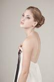 Mulher nova que prende a parte dianteira de seu vestido imagem de stock royalty free
