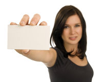 Mulher nova que prende um cartão em branco Imagens de Stock Royalty Free