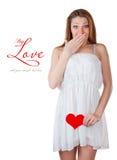 Mulher nova que prende um coração Foto de Stock
