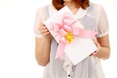 Mulher nova que prende um presente Foto de Stock Royalty Free