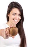 Mulher nova que prende um quivi Imagem de Stock Royalty Free
