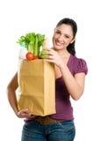 Mulher nova que prende um saco de mantimento Fotografia de Stock
