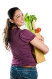 Mulher nova que prende um saco de mantimento Imagem de Stock