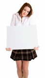 Mulher nova que prende um sinal branco em branco Fotos de Stock Royalty Free