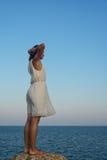 Mulher nova que presta atenção ao mar Fotos de Stock Royalty Free