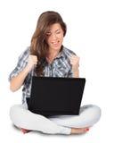 Mulher nova que recebe a boa notícia em seu portátil Imagens de Stock Royalty Free