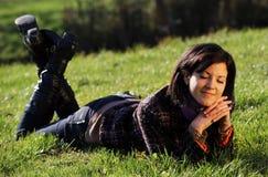 Mulher nova que relaxa Imagens de Stock Royalty Free