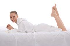 Mulher nova que relaxa Imagem de Stock