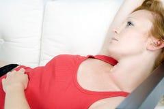Mulher nova que relaxa com cabelo vermelho Imagem de Stock Royalty Free