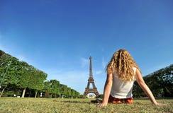 Mulher nova que relaxa em Paris foto de stock royalty free