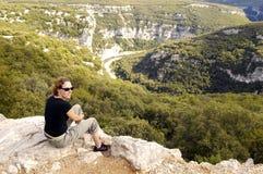 Mulher nova que relaxa em um pedregulho Imagem de Stock Royalty Free