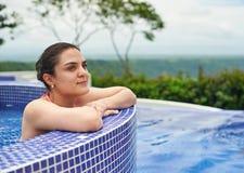 Mulher nova que relaxa na associação foto de stock royalty free