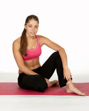 Mulher nova que relaxa na ginástica Fotografia de Stock