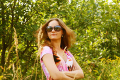 Mulher nova que relaxa na grama Fotografia de Stock Royalty Free