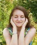 Mulher nova que relaxa na grama Fotos de Stock Royalty Free