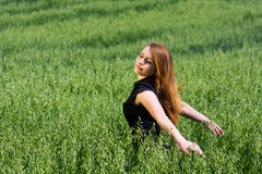 Mulher nova que relaxa na natureza. Foto de Stock