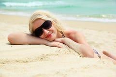 Mulher nova que relaxa na praia Imagem de Stock Royalty Free