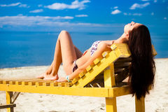 Mulher nova que relaxa na praia Fotos de Stock Royalty Free