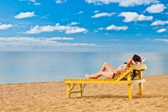Mulher nova que relaxa na praia Fotos de Stock