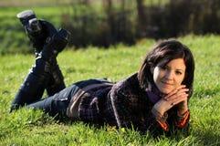 Mulher nova que relaxa na terra Fotografia de Stock Royalty Free