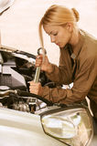 Mulher nova que repara o carro Imagens de Stock Royalty Free