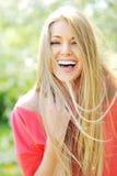 Mulher nova que ri apreciando dias de verão Fotos de Stock Royalty Free
