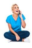 Mulher nova que ri no telefone de pilha imagem de stock