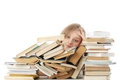 Mulher nova que senta-se atrás dos livros Imagem de Stock