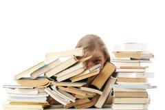 Mulher nova que senta-se atrás dos livros Imagem de Stock Royalty Free