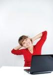 Mulher nova que senta-se na mesa Fotografia de Stock