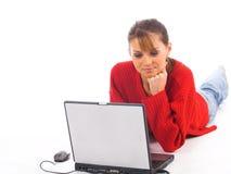 Mulher nova que senta-se no assoalho w Foto de Stock