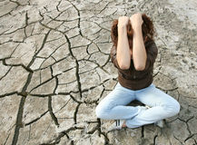 Mulher nova que senta-se no meio de um deserto. Imagem de Stock Royalty Free