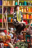 Mulher nova que senta-se no tamborete Fotos de Stock Royalty Free