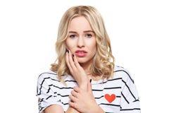 Mulher nova que sofre do toothache Fundo da dor e da odontologia de dente Sofrimento bonito da jovem mulher da dor de dentes imagem de stock royalty free