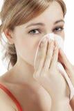 Mulher nova que sofre na febre de feno Fotografia de Stock Royalty Free