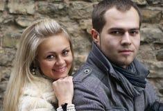 Mulher nova que sorri de de trás seu noivo Imagens de Stock