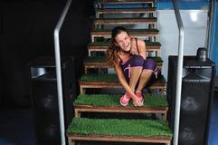 Mulher nova que sorri em escadas verdes Fotografia de Stock Royalty Free