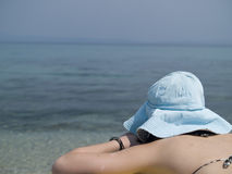Mulher nova que sunbathing Fotografia de Stock Royalty Free