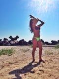 Mulher nova que sunbathing Fotografia de Stock