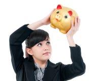Mulher nova que sustenta o banco Piggy Fotografia de Stock Royalty Free