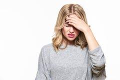 Mulher nova que tem a dor de cabeça Jovem mulher esgotada forçada que tem a dor de cabeça de tensão forte Sofrimento do migrane imagens de stock