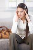 Mulher nova que tem a dor de cabeça após o trabalho Imagens de Stock Royalty Free