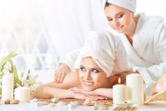 Mulher nova que tem a massagem Fotografia de Stock Royalty Free