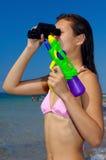 Mulher nova que tem o divertimento na praia Imagens de Stock