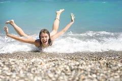 Mulher nova que tem o divertimento no mar Fotografia de Stock Royalty Free