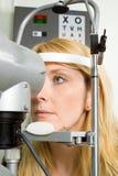 Mulher nova que tem o teste do olho imagens de stock