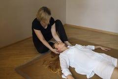 Mulher nova que tem o tratamento da massagem imagens de stock royalty free