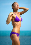 Mulher nova que tem um chuveiro ao ar livre Fotos de Stock Royalty Free