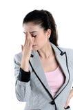 Mulher nova que tem uma dor de cabeça Imagens de Stock Royalty Free